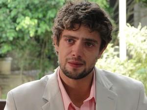 Abalado, Rodrigo diz que não sabe o que fazer (Foto: A Vida da Gente - Tv Globo)