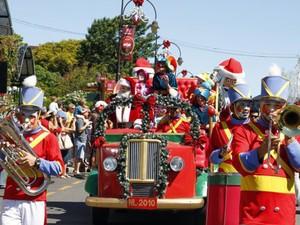 Enquanto você passeia pela cidade é surpreendido com a chegada do Papai Noel (Foto: Secretaria de Turismo de Gramado)