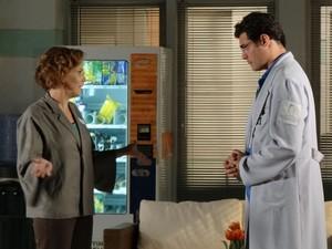 Lúcio pede para Eva ter calma e começar contando quanto tempo se passou (Foto: A Vida da Gente - Tv Globo)