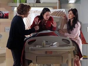 Muito nervosa, Ana expula Manu e Eva do quarto (Foto: A Vida da Gente - Tv Globo)