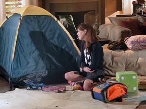 Tiago se isola em uma barraca e Lorena fica arrasada na hora da despedida (Foto: A Vida da Gente - Tv Globo)