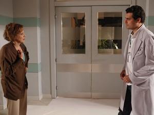 Eva não concorda com pedido de Lúcio, mas acaba cedendo (Foto: A Vida da Gente - Tv Globo)