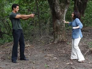 Ferdinand atira em enfermeira (Foto: Fina Estampa/TV Globo)