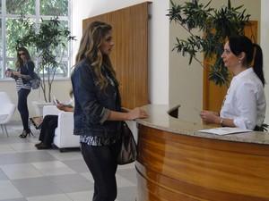 Recepcionista não desconfia da armação de Lucena (Foto: Aquele Beijo/TV Globo)