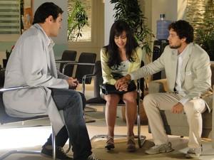 Lúcio explica como Ana está se sentindo e pede para Manu esperar um pouco para tentar se reconciliar novamente (Foto: A Vida da Gente - Tv Globo)
