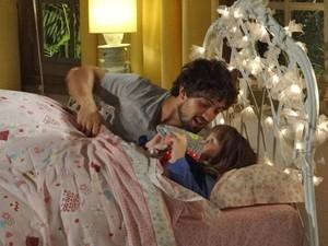 Rodrigo desiste de argumentar com Júlia e pede para ela dormir (Foto: A Vida da Gente - Tv Globo)
