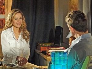Celina admira Artur (Foto: A Vida da Gente / TV Globo)