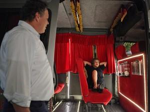 Olavo se supreende com Brites dentro da van (Foto: Aquele Beijo/TV Globo)