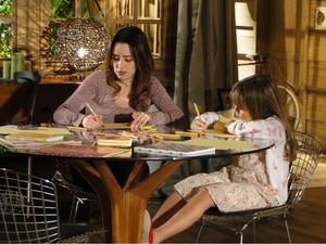 Ana aproveita os momentos com a filha e desenha ao seu lado (Foto: A Vida da Gente - Tv Globo)