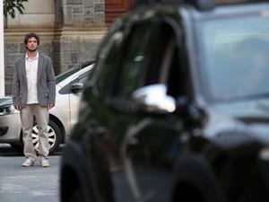 Angústia de Rodrigo aumenta ao ver o carro de Lúcio partir (Foto: A Vida da Gente - Tv Globo)