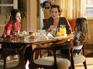 Júlia continua aflita no dia seguinte e Ana promete ligar para Manu (Foto: A Vida da Gente - Tv Globo)