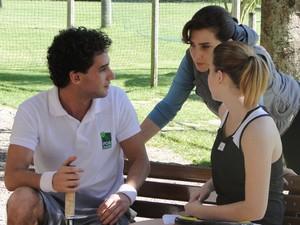 Vitória interrompe clima entre Miguel e Sofia e dá brinca no assistente (Foto: A Vida da Gente - Tv Globo)