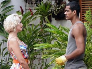 Matias desperta a atenção de uma amiga de Cris (Foto: A Vida da Gente - Tv Globo)