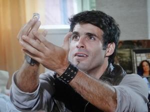 Sebastião pede Raíssa em casamento com anel de plástico (Foto: Aquele Beijo/TV Globo)