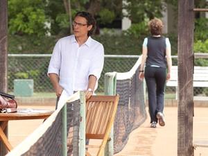 Depois de ofendê-lo, Vitória deixa Renato para trás (Foto: A Vida da Gente - Tv Globo)