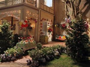 A casa de Iná recebeu várias luzinhas coloridas no primeiro aniversário de Júlia (Foto: A Vida da Gente - Tv Globo)