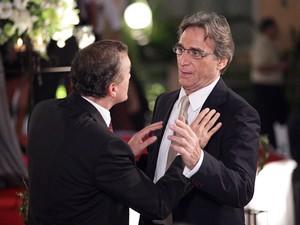 Henrique não deixa Alberto correr atrás de Sarita (Foto: Aquele Beijo/TV Globo)