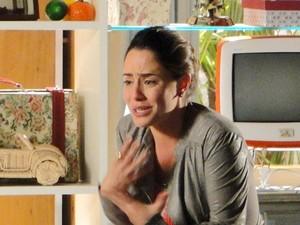 Ana, desesperada por ter mentido para Manu (Foto: A Vida da Gente / TV Globo)