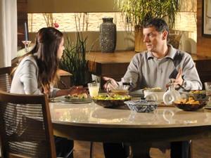 Alice explica para Cícero como o emprego pode ajudar Renato (Foto: A Vida da Gente / TV Globo)