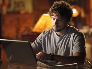 Rodrigo escreve mensagem para Manu (Foto: A Vida da Gente - Tv Globo)