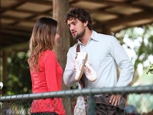 Ele convence Ana a dar aulas de tênis para jovens (Foto: A Vida da Gente/TV Globo)