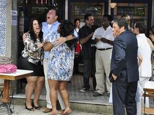 Olavo sagra-se síndico mais uma vez (Foto: Aquele Beijo/TV Globo)