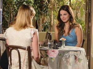 Emocionada, Alice fica feliz ao conhecer Sofia (Foto: A Vida da Gente/TV Globo)
