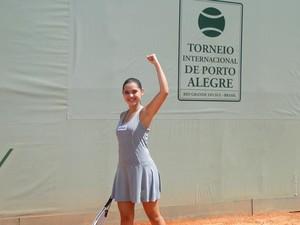 Cecília comemora a vitória na partida de tênis (Foto: A Vida da Gente/TV Globo)