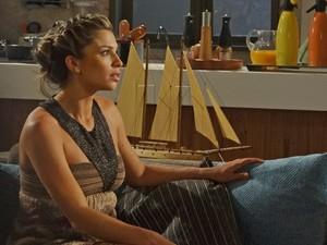 Lucena fica preocupada ao saber que Henrique vai ligar para Juan (Foto: Aquele Beijo/TV Globo)