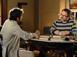 Saudoso, Rodrigo diz estar surpreso com a firmeza profissional de Manuela (Foto: A Vida da Gente/TV Globo)