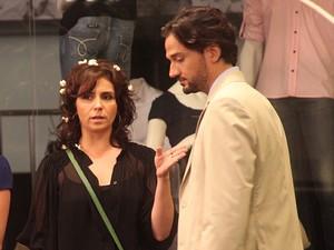 Claudia fica cheia de pipoca no cabelo depois de esbarrar em casal (Foto: Aquele Beijo/TV Globo)