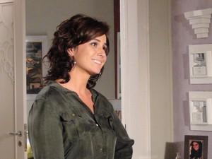 Claudia fica feliz com o pedido de desculpas de Rubinho (Foto: Aquele Beijo/TV Globo)