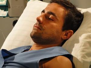 Vicente ainda está deprimido com o acidente (Foto: Aquele Beijo/TV Globo)