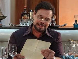 Felizardo fica emocionado com as palavras da mãe (Foto: Aquele Beijo/TV Globo)