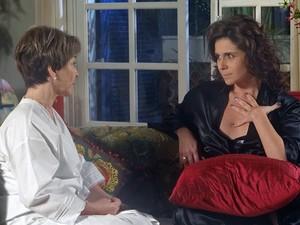 Claudia conta para Regina sobre o sonho que teve com Vicente (Foto: Aquele Beijo/TV Globo)