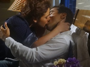 Claudia e Vicente se beijam apaixonadamente (Foto: Aquele Beijo/TV Globo)
