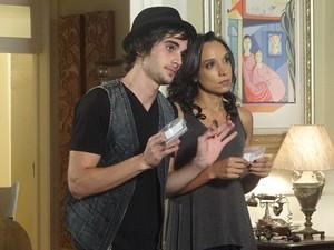 Raíssa e Agenor pressionam Damiana para refazer o exame (Foto: Aquele Beijo/TV Globo)