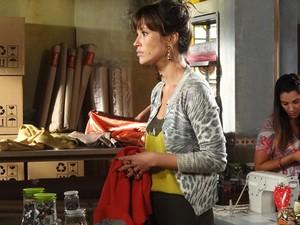 Brigitte não gosta da atitude de Agenor (Foto: Aquele Beijo/TV Globo)