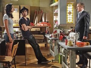 Raíssa oferece dinheiro a Henrique (Foto: Aquele Beijo/TV Globo)