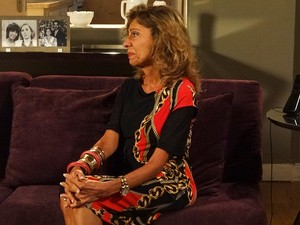 Maruschka fica emocionada com a gentileza de Ana Girafa (Foto: Aquele Beijo/TV Globo)