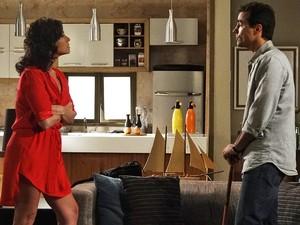 Claudia reclama de morar no mesmo apartamento que Lucena morou (Foto: Aquele Beijo/TV Globo)