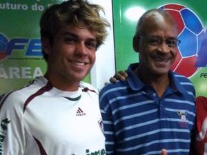 Lucas Cordeiro posa ao lado de Assis, idolo do Fluminense nos anos 1980  (Foto: Foto: Arquivo pessoal)