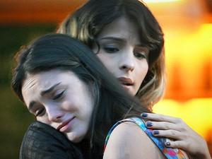 Cida chora com Isadora depois de levar bolo de Conrado (Foto: Cheias de Charme/TV Globo)
