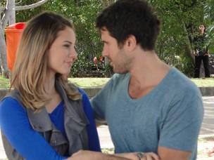 Ao fundo e escondido, Léo espia a paixão de Marina e Pedro (Foto: Insensato Coração / TV Globo)
