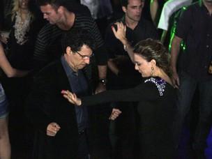 Cris arrasa na boate e faz Jonas virar a noite dançando (Foto: A Vida da Gente - Tv Globo)