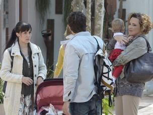 Eva surpreende os dois (Foto: A Vida da Gente / TV Globo)