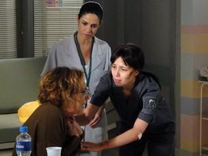 Depois do escândalo, Eva passa mal e Manuela pede ajuda da enfermeira (Foto: A Vida da Gente - Tv Globo)