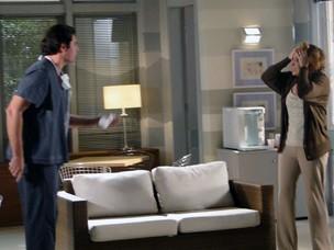 Lúcio conta para Eva que Ana pode nunca mais acordar (Foto: A Vida da Gente - Tv Globo)
