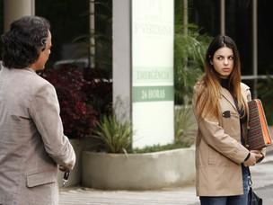 Marcos dá carona para Alice e acaga gerando mais discussão entre ela e Vitória (Foto: A Vida da Gente - Tv Globo)