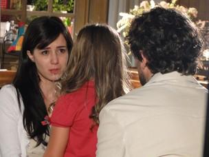 Manu não consegue controlar a emoção na hora de contar para Júlia (Foto: A Vida da Gente - Tv Globo)